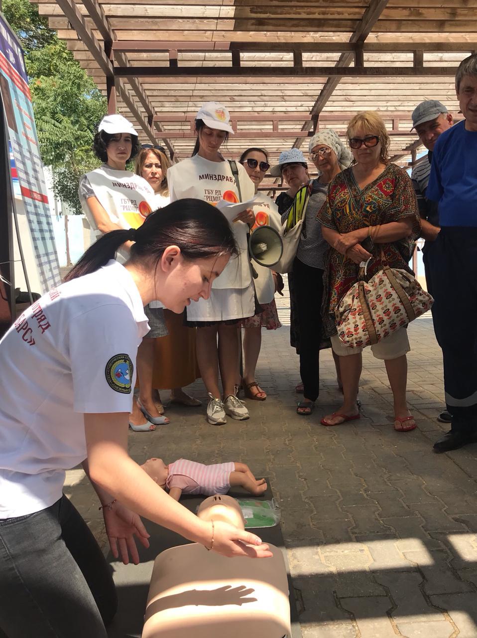 Специалисты Республиканского центра медицинской профилактики обучали жителей столицы, как не стать жертвой морской пучины
