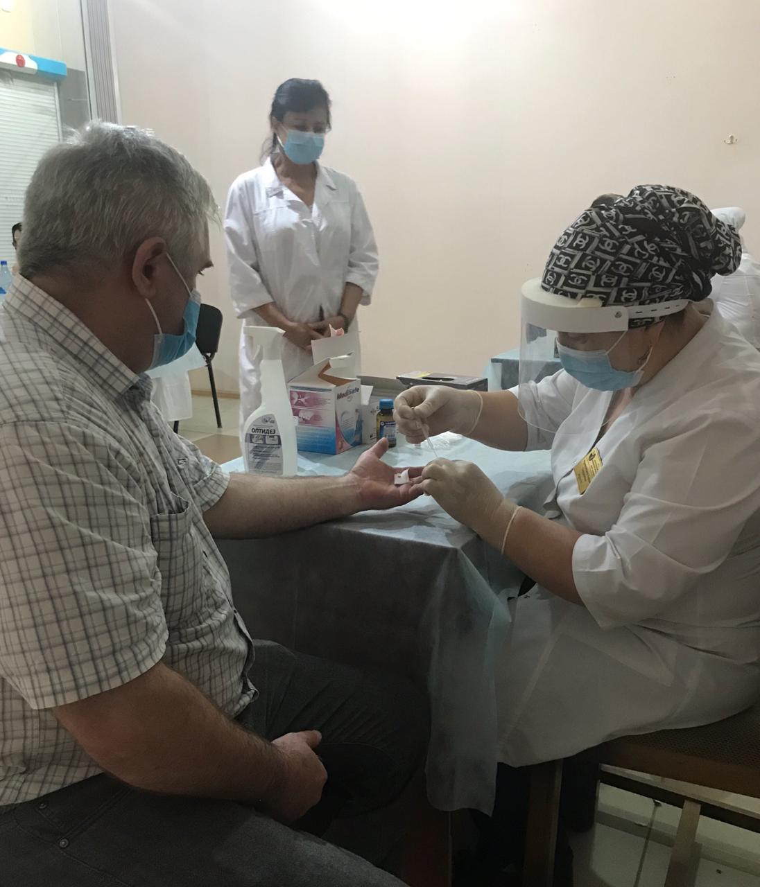 Акция по обследованию населения на COVID-19 продолжилась накануне в местах с высокой проходимостью людей - на втором рынке г. Махачкалы и супермаркете «Седьмой континент»