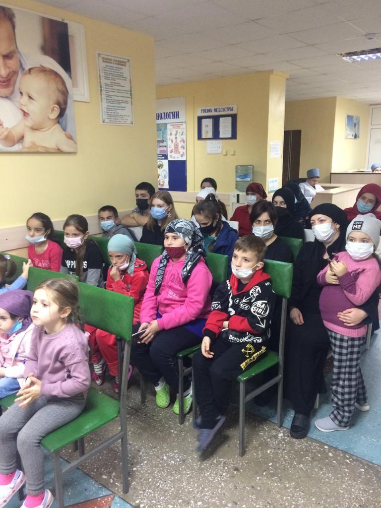 Детям, проходящим лечение в Детской республиканской клинической больнице, устроили праздник и раздали подарки