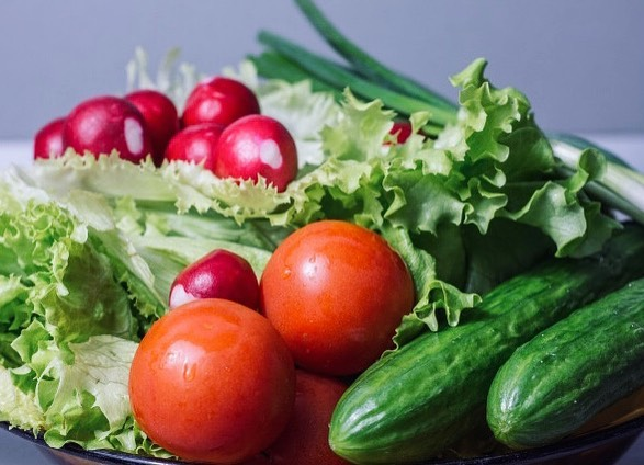 Весна - период изобилия зелени, ягод и первых овощей. Рассказываем, как правильно их мыть, чтобы они не стали источником проблем со здоровьем